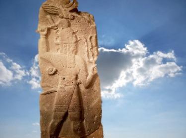 D'après le dieu Hittite de l'Orage, Tarhunda du Ciel, hache et trident, équivalent de Baal, vers 860 avjc Tell Ahmar, Syrie, Orient ancien. (Marsailly/Blogostelle)