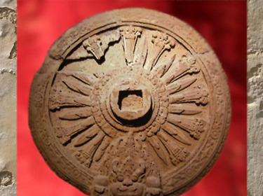 D'après une Roue en pierre à 12 rayons, VIIIe siècle, Thaïlande. (Marsailly/Blogostelle)