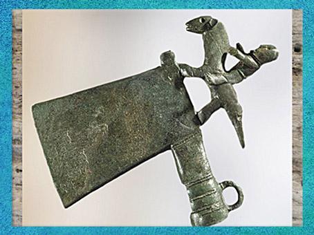 D'après une hache et cavalier, bronze, civilisation de Hallstatt, Autriche, premier âge du Fer, art Celte. (Marsailly/Blogostelle)