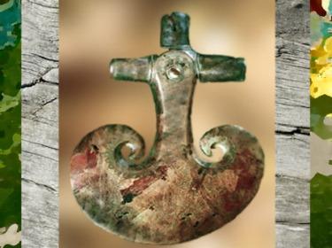 D'après une hache de cérémonie, symbole guerrier et de pouvoir, Danemark, âge du Bronze. (Marsailly/Blogostelle)