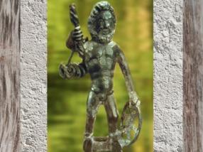 D'après Taranis et sa Roue, dieu celtique et gaulois du Tonnerre, bronze, Gaule Romaine. France (Marsailly/Blogostelle)