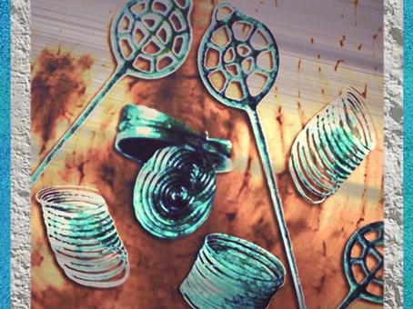 D'après des parures de l'âge du Bronze, spirales et rouelles, mobilier funéraire, Hagueneau, France. (Marsailly/Blogostelle)