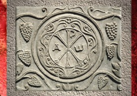 D'après le motif du Chrisme, sarcophage de Drausin, évêque de Soisson, VIIe siècle apjc, France. (Marsailly/Blogostelle)