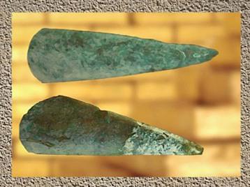 D'après des haches polies en jadéite, période néolithique. (Marsailly/Blogostelle)