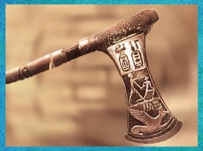 D'après la hache du pharaon Ahmosis, en or, combat contre les Hyksos, XVIIIe dynastie, vers 1550 avjc, Nouvel Empire, Égypte ancienne. (Marsailly/Blogostelle)