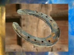 D'après un fer à cheval, objet bénéfiqueet porte-bonheur dans la tradition populaire. (Marsailly/Blogostelle)