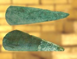 D'après des haches polies en jadéite, objets votifs et de prestige, période Néolithique. (Marsailly/Bogostelle)