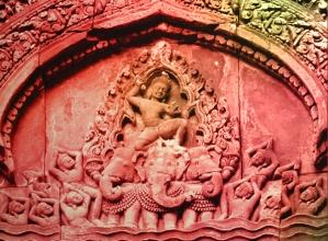 D'après le dieu Indra sur Airavadata, son éléphant à trois têtes, relief sculpté, Banteay Srei, vers le Xe siècle apjc, Cambodge. (Marsailly/Blogostelle)