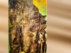 D'après un haut-relief sculpté de Vishnu, art Çalukya, vers VIe siècle avjc, Badamî, Karnataka, Inde (Marsailly/Blogostelle.)