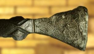 D'après une hache cérémonielle Viking, Xe siècle, Scandinavie, période médiévale. (Marsailly/Blogostelle)