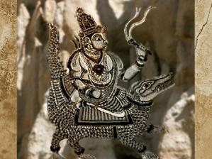 D'après le dieuVaruna, armé de son lacet magique, sur unmakara, créature marine à tête de crocodile. (Marsailly/Blogostelle)