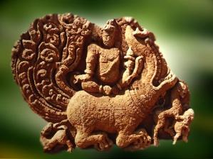 D'après le dieuVaruna sur son makara, Aihole, période Çâlukya, VIe-VIIIe siècle apjc, Karnataka, Sud, Inde ancienne. (Marsailly/Blogostelle)
