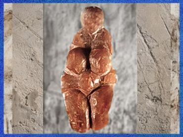 D'après une statuette féminine, cupule aux cuisses, stéatite, gravettien, paléolithique supérieur. (Marsailly/Blogostelle)