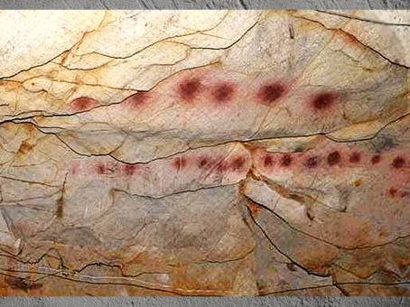 D'après composition de motifs circulaires, peintures, grotte d'El Castillo, vers 40 800 avjc, Puente Viesgo, Espagne, paléolithique. (Marsailly/Blogostelle)
