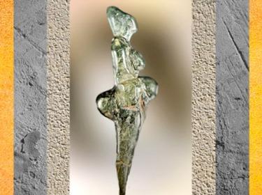 D'après la statuette dite Le Polichinelle, stéatite, vers 27 000 ans avjc, grottes de Grimaldi, Italie, paléolithique. (Marsailly/Blogostelle)