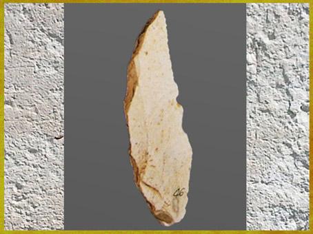 D'après une pointe de Châtelperron, silex taillé, Châtelperronien, paléolithique supérieur. (Marsailly/Blogostelle)