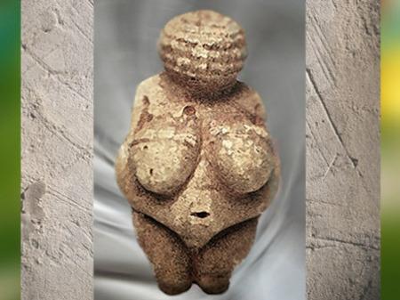 D'après la vénus de Willendorf, toute en rondeurs, nue et parée, gravettien, Autriche, paléolithique. (Marsailly/Blogostelle)