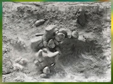 D'après les traces d'un foyer, vers 300 000 ans avjc, paléolithique inférieur. (Marsailly/Blogostelle)