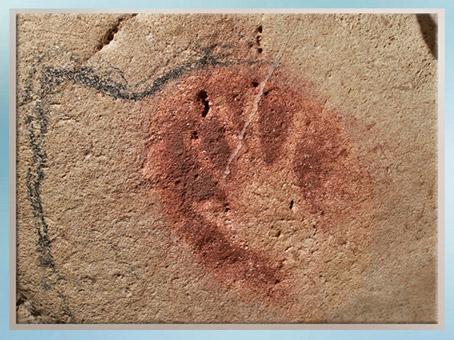 D'après une main en négatif, grotte Chauvet, Pont d'Arc, Ardèche, 36 000 ans avjc, Aurignacien, France, paléolithique. (Marsailly/Blogostelle)