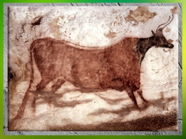 D'après une vache rouge, grottes de Lascaux, Dordogne, France, Magdalénien, paléolithique supérieur. (Marsailly/Blogostelle)