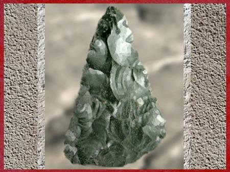D'après un biface moustérien, de forme triangulaire, silex taillé, paléolithique moyen. (Marsailly/Blogostelle)