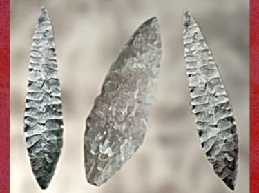 D'après des silex taillés dits Feuilles de Laurier, vers 20 000-18 000 ans avjc, Solutréen, paléolitique supérieur. (Marsailly/Blogostelle)