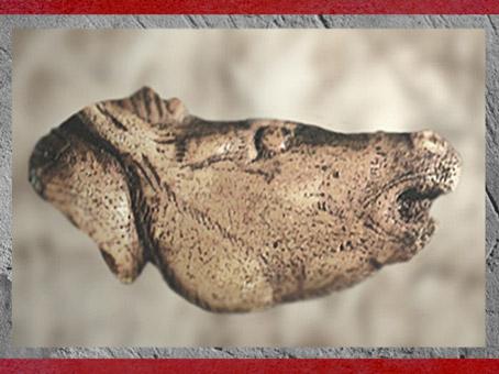 D'après un cheval hennissant, sculpture sur os, Mas-d'Azil, Ariège, magdalénien, 18000-10000 avjc, France, paléolithique supérieur. (Marsailly/Blogostelle)