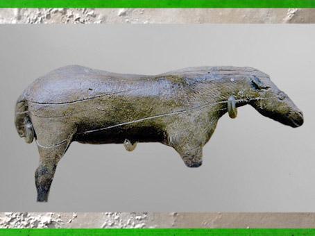 D'après le petit cheval de Lourdes, ivoire de mammouth, Isturitz, Pyrénées, magdalénien, 18000-10000 avjc, France, paléolithique supérieur. (Marsailly/Blogostelle)