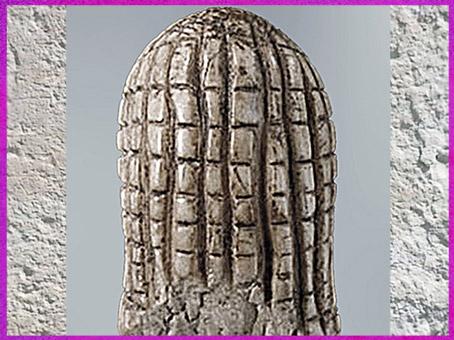 D'après la Dame de Brassempouy, coiffure en résille, ivoire de mammouth, vers 22 000 avjc, Landes, France, paléolithique supérieur. (Marsailly/Blogostelle)