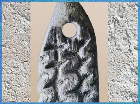 D'après une pendeloque, os, décor gravé, motifs de méandres, paléolithique supérieur. (Marsailly/Blogostelle)