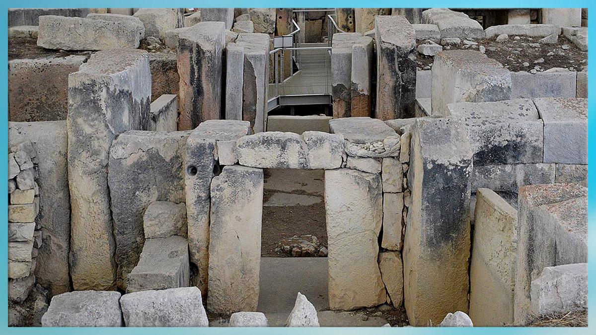 D'après des temples néolithiques, mégalithes. (Marsailly/Blogostelle)