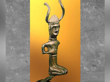 D'après une figurine coiffée d'un casque à cornes, bronze, Grevensvaenge, Danemark, âge du Bronze. (Marsailly/Blogostelle)