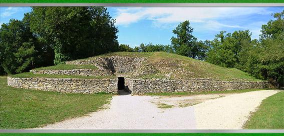D'après les tumulus de Bougon, vers 4700 ans avjc, Deux-Sèvres, France, Ve millénaire avjc, néolithique. (Marsailly/Blogostelle)