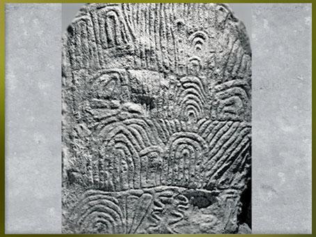 D'après une dalle gravée, méandres et serpents, dolmen de Gavrinis, vers 3500 avjc, Morbihan, Bretagne, France, IVe millénaire avjc, néolithique. (Marsailly/Blogostelle)