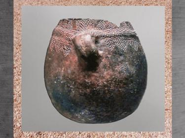 D'après une poterie à poignée de préhension, décor incisé, terre cuite, néolithique. (Marsailly/Blogostelle)