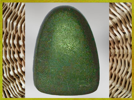 D'après une hache polie, jadéite, outil symbole du néolithique. (Marsailly/Blogostelle)
