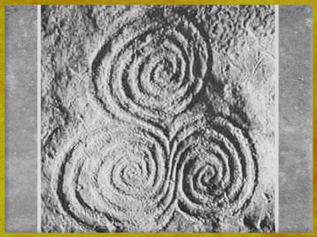 D'après un triscèle à spirales, mégalithe de Newgrange, vers 3200 avjc, Irlande, IVe millénaire avjc, néolithique. (Marsailly/Blogostelle)