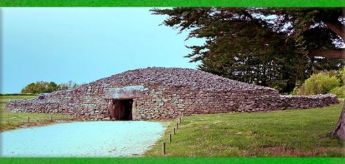D'après  la Table des Marchand, 4000 -3900 avjc, cairn et dolmen à couloirs, Locmariaquer, Morbihan, Bretagne, France, IVe millénaire avjc, néolithique. (Marsailly/Blogostelle)