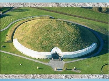 D'après le tumulus circulaire de Newgrange, vers 3200 avjc, Irlande, IVe millénaire avjc, néolithique. (Marsailly/Blogostelle)
