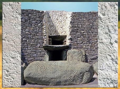 D'après l'entrée du tumulus de Newgrange, vers 3200 avjc, monument mégalithique, IVe millénaire avjc, Irlande, néolithique. (Marsailly/Blogostelle)