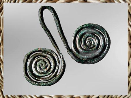 D'après un pendentif en cuivre, double spirale, IVe-IIIe millénaire avjc, chalcolithique, âge du cuivre, (Marsailly/Blogostelle)