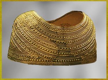D'après une cape, feuille d'or massif, décor de bossettes, tumulus de Mold, 1900-1600 avjc, Flintshire, Pays de Galle, âge du Bronze. (Marsailly/Blogostelle)