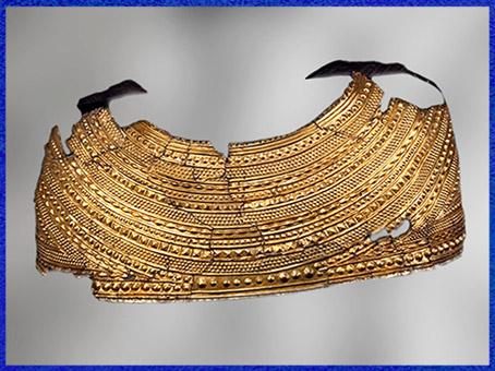 D'après une cape, feuille d'or massif, à décor de bossettes, tumulus de Mold, 1900-1600 avjc, Flintshire, Pays de Galle, âge du Bronze. (Marsailly/Blogostelle)