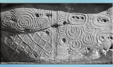 D'après un mégalithe gravée, Newgrange, vers 3200 avjc, Irlande, IVe millénaire avjc, néolithique. (Marsailly/Blogostelle)