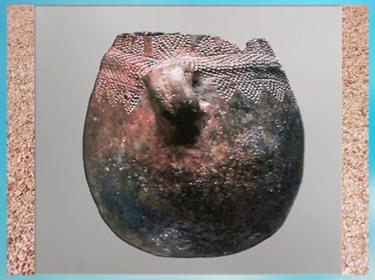 D'après une poterie à anse, terre cuite, décor incisé, néolithique. (Marsailly/Blogostelle)