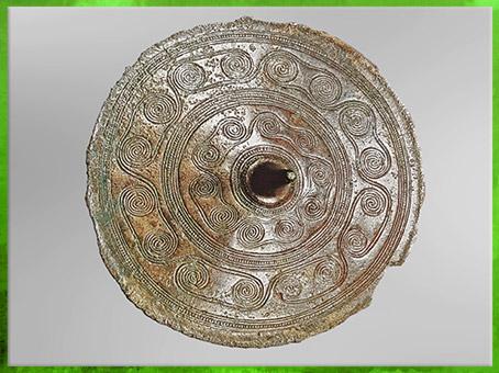 D'après un disque de ceinture, bronze, enchaînement de spirales, Hyerrehus, Danemark, âge du Bronze. (Marsailly/Blogostelle)