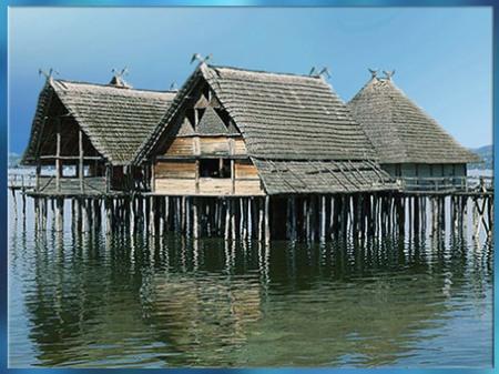 D'après la reconstitution d'un village lacustre sur pilotis, lac de Constance, Unteruhldingen, Allemagne, néolithique. (Marsailly/Blogostelle)