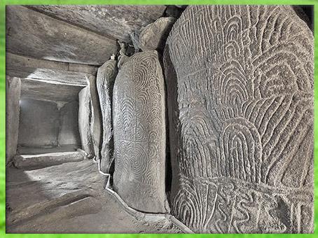D'après le dolmen à couloirs de Gravinis et ses dalles orthostates, vers 3500 avjc, Morbihan, Bretagne, France, IVe millénaire avjc, néolithique. (Marsailly/Blogostelle)