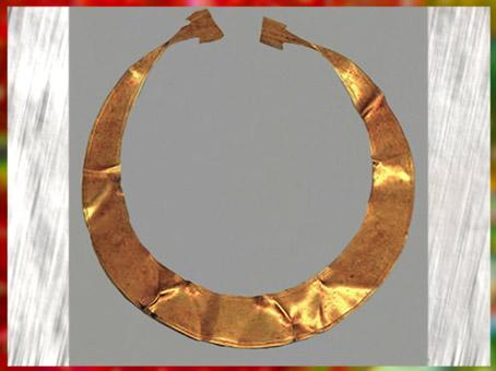 D'après une lunule en or, collier-parure, Allemagne, âge du Bronze. (Marsailly/Blogostelle)