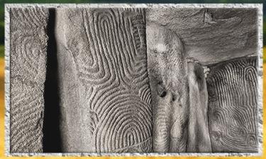 D'après le dolmen à couloirs de Gavrinis et ses dalles orthostates, vers 3500 avjc, Morbihan, Bretagne, France, IVe millénaire avjc, néolithique. (Marsailly/Blogostelle)